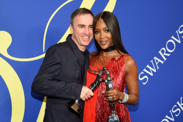 NEW YORK, NY - JUNE 04: 2018 CFDA Womenswear Designer of The Year, Raf Simons and 2018 CFDA Fashion Icon Naomi Campbell attend the 2018 CFDA Fashion Awards Winners Walk at Brooklyn Museum on June 4, 2018 in New York City.   Dimitrios Kambouris/Getty Images/AFP == FOR NEWSPAPERS, INTERNET, TELCOS & TELEVISION USE ONLY ==