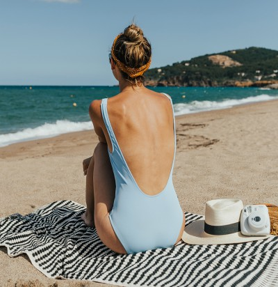 1111l-blogger-shop-spring-solid-and-striped-sophia-one-piece-swimsuit-periwinkle-blue-costa-brava-pals-beach-barecelona-spain-4