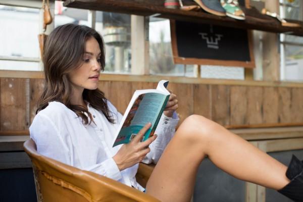 woman-reading-books